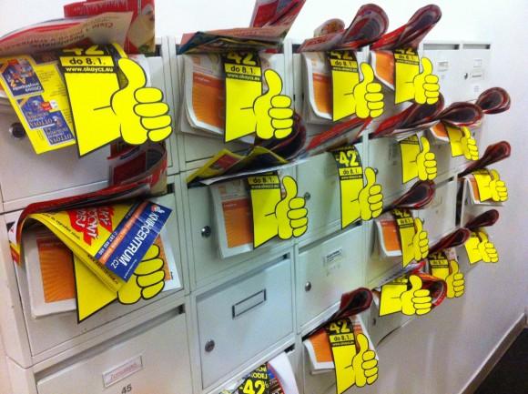 Poštovní schránky přecpané letáky
